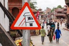 Señal de tráfico sobre la construcción después del terremoto en el cuadrado de Durbar Fotografía de archivo
