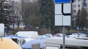 Señal de tráfico un camino y un paso de peatones de la prioridad almacen de video