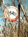 Señal de tráfico de una bici en un campo de maíz un día claro imágenes de archivo libres de regalías