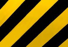Señal de tráfico: Una muestra rectangular con amarillo diagonal y rayas negras, dondequiera que haya el punto medio o la otra obs imagen de archivo libre de regalías