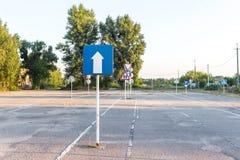 Señal de tráfico unidireccional, diversas señales de tráfico, terreno de entrenamiento de la escuela de conducción Imágenes de archivo libres de regalías