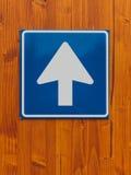 Señal de tráfico unidireccional en la pared de madera Fotografía de archivo