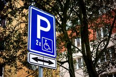 Señal de tráfico usada para reservar los aparcamientos anchos para las personas discapacitadas imágenes de archivo libres de regalías