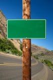 Señal de tráfico verde en blanco Imagenes de archivo