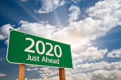 Señal de tráfico verde 2020 sobre las nubes Imagenes de archivo