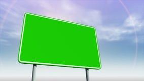Señal de tráfico verde vacía contra el cielo cambiante