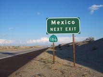 Señal de tráfico verde y blanca de la salida de México Imagenes de archivo