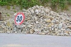 Señal de tráfico y escombros Imagenes de archivo