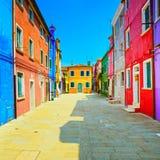 Señal de Venecia, calle de la isla de Burano, casas coloridas, Italia Foto de archivo libre de regalías