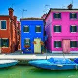 Señal de Venecia, canal de la isla de Burano, casas coloridas y barco, Imagenes de archivo