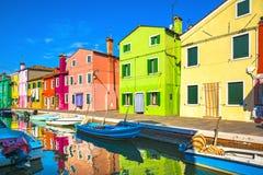 Señal de Venecia, canal de la isla de Burano, casas coloridas y barcos, fotografía de archivo libre de regalías