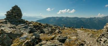 Señal del mojón encima del paso de montaña Imagen de archivo libre de regalías