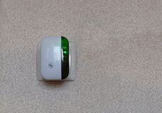 Señal del Wi-Fi del repetidor en un mercado eléctrico imagen de archivo libre de regalías
