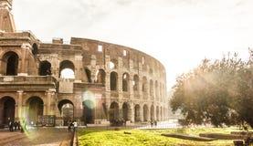 Señal famosa Colosseum en estilo del vintage y efecto de la luz del sol Imagen de archivo