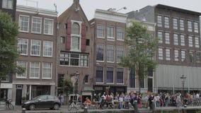 Señal famosa en Amsterdam - Anne Frank House en el canal de Prince- AMSTERDAM - LOS PAÍSES BAJOS - 19 de julio de 2017 almacen de video