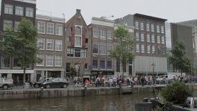 Señal famosa en Amsterdam - Anne Frank House en el canal de Prince- AMSTERDAM - LOS PAÍSES BAJOS - 19 de julio de 2017 almacen de metraje de vídeo