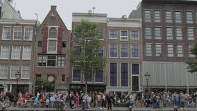 Señal famosa en Amsterdam - Anne Frank House en el canal de Prince- AMSTERDAM - LOS PAÍSES BAJOS - 19 de julio de 2017 metrajes