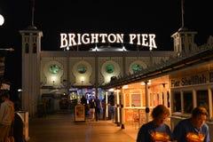 Señal famosa pasada de moda Brighton Pier en la noche Imagen de archivo