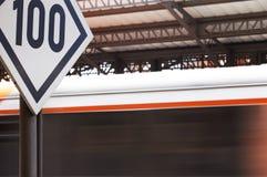 Señal ferroviaria de la velocidad de los station´s Imagen de archivo