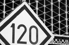 Señal ferroviaria del límite de velocidad Imagen de archivo libre de regalías