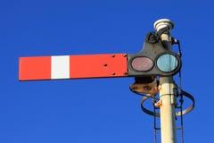 Señal ferroviaria del semáforo rojo en la parada (paisaje) imagenes de archivo