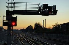 Señal ferroviaria en la puesta del sol Fotos de archivo libres de regalías
