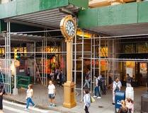 Señal Fifth Avenue con el reloj de oro en Manhattan Foto de archivo
