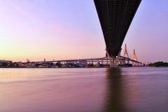 Señal, paisaje, Ove Bhumibol Bridge On los bancos de Chao Phraya River en el crepúsculo en Tailandia imagenes de archivo