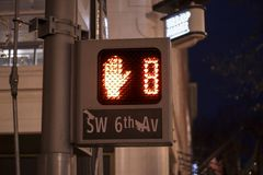 Señal peatonal en centro de ciudad céntrico imágenes de archivo libres de regalías