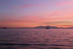 Señal que se inclina hacia el mar Imagen de archivo
