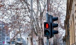 Señal roja del semáforo para que peatones paren en el paso de peatones en la calle urbana de la ciudad foto de archivo libre de regalías