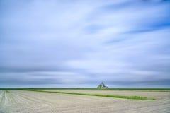 Señal y campo del monasterio de Mont Saint Michel. Normandía, Francia Imagen de archivo libre de regalías