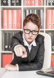 Señalamiento enojado del jefe de la mujer imagen de archivo