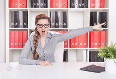 Señalamiento enojado del jefe de la mujer de negocios Concepto del despido Fotos de archivo libres de regalías