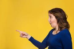 Señalamiento femenino sorprendido en el espacio de la copia foto de archivo