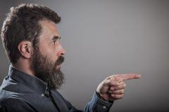 Señalando al lado, retrato enorme de la barba, caucásico adulto maduro mA Imágenes de archivo libres de regalías