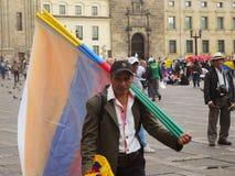 Señale al vendedor ambulante por medio de una bandera en protesta en Bogotá, Colombia Foto de archivo