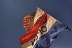 Señale el valle del monumento por medio de una bandera, Utah imagenes de archivo