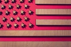 Señale Estados Unidos por medio de una bandera en un fondo rojo de la madera, ahumado foto de archivo libre de regalías
