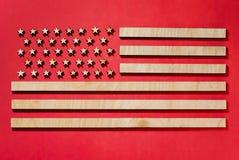 señale Estados Unidos por medio de una bandera, grandes, en fondo rojo fotos de archivo libres de regalías