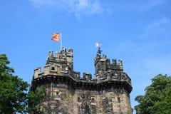 Señale la entrada flaca de Juan por medio de una bandera que vuela O, castillo de Lancaster foto de archivo libre de regalías