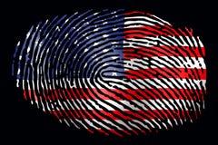 Señale los E.E.U.U. por medio de una bandera bajo la forma de huella dactilar en un fondo negro fotos de archivo