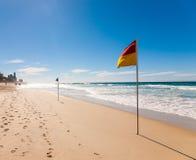 Señale por medio de una bandera en la playa del paraíso de las personas que practica surf Imágenes de archivo libres de regalías