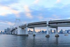 Señales crepusculares de Tokio, puente del arco iris de Tokio Fotos de archivo libres de regalías