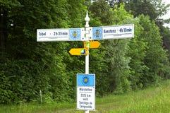 Señales de dirección en el santo suizo James Way Imagen de archivo