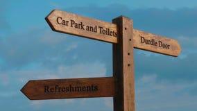 Señales de dirección a la puerta de Durdle en Devon - una señal famosa cerca de Dorset metrajes