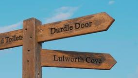 Señales de dirección a la puerta de Durdle en Devon - una señal famosa cerca de Dorset almacen de video