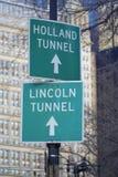 Señales de direcciones a Holland Tunnel y a Lincoln Tunnel en Manhattan MANHATTAN - NUEVA YORK - 1 de abril de 2017 Fotos de archivo