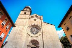 Señales de Italia de la ventana color de rosa de la catedral de Trento - monumento de Trentino fotografía de archivo libre de regalías