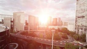 Señales de la opinión aérea de los rascacielos del horizonte del paisaje urbano del camino del círculo de tráfico metrajes